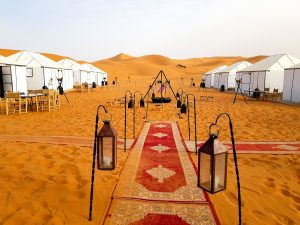 dormire nel deserto campo tendato